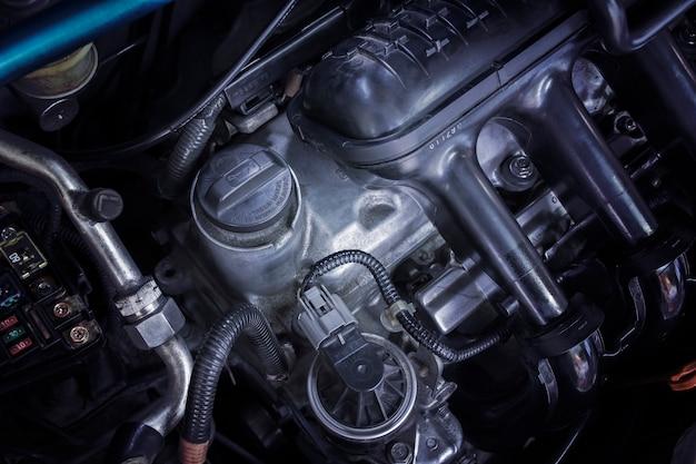 Motoroliedop en gemonteerd op de motor van een auto.