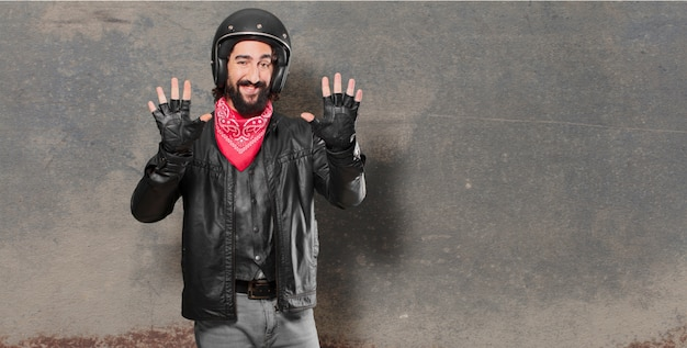 Motorrijder aftellen met zijn vingers
