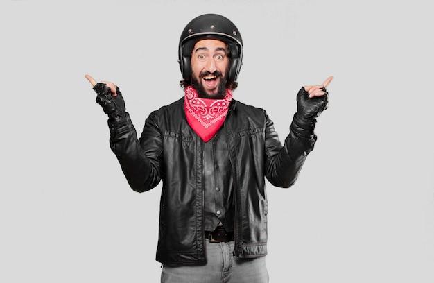 Motorrijder die een overwinning viert