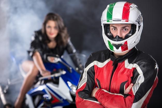 Motorrijder en een aantrekkelijke vrouw poseren op motorfiets