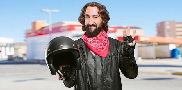 Motorrijder met een aftellende helm