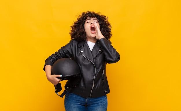 Motorrijder vrouw voelt zich gelukkig