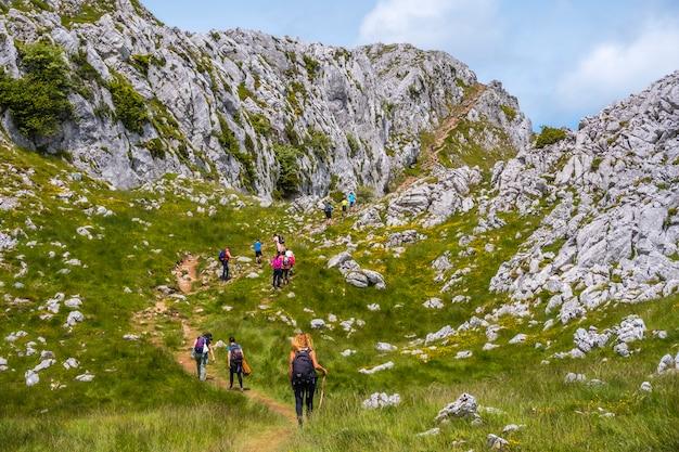 Mount aizkorri 1523 meter, de hoogste in guipuzcoa. baskenland. een groep die naar de top klimt. klim door san adrian en keer terug door de oltza-velden