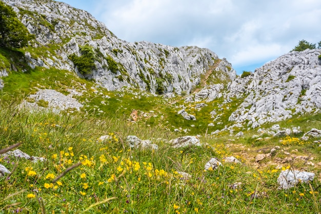 Mount aizkorri 1523 meter, de hoogste in guipuzcoa. baskenland. prachtige natuur in opkomst. klim door san adrian en keer terug door de oltza-velden