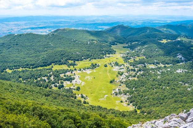 Mount aizkorri 1523 meter, de hoogste in guipúzcoa. baskenland. stijg op door san adrián en keer terug door de oltza-velden. campas de oltza vanaf de top