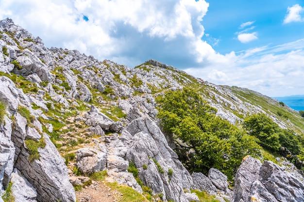 Mount aizkorri 1523 meter, de hoogste in guipúzcoa. baskenland. stijg op door san adrián en keer terug door de oltza-velden. moeilijke klim naar de top van de berg aizkorri