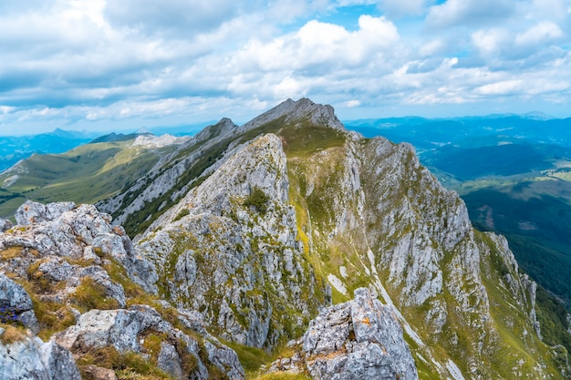 Mount aizkorri 1523 meter, de hoogste in guipúzcoa. baskenland. stijg op door san adrián en keer terug door de oltza-velden. van boven naar boven kijkend