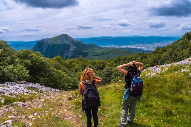 Mount aizkorri 1523 meter, de hoogste in guipuzcoa. baskenland. twee vrienden op het pad naar de top van mt. klim door san adrian en keer terug door de oltza-velden