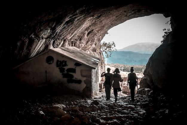 Mount aizkorri, guipuzcoa. drie jonge mensen in de grot van san adrian