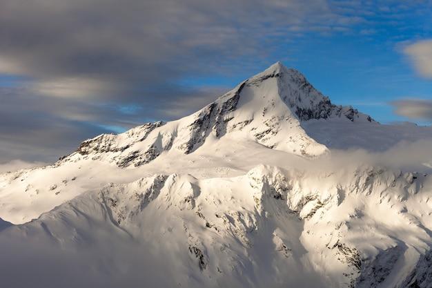 Mount aspiring en de bonar-gletsjer, winter. mount aspirant nationaal park. central otago, nieuw-zeeland