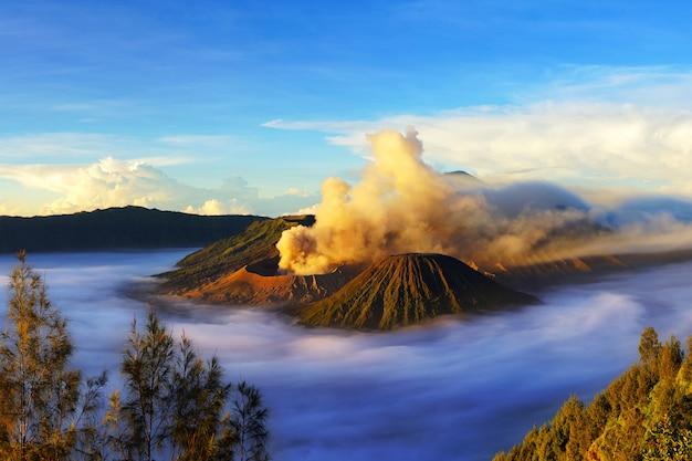 Mount bromo, actieve vulkaan tijdens zonsopgang