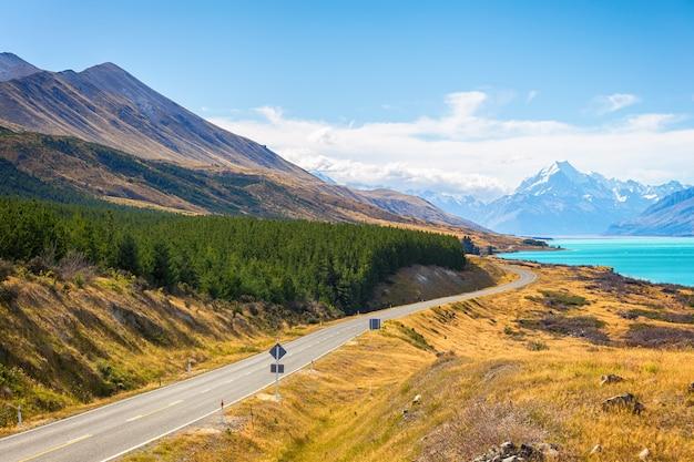 Mount cook-uitkijkpunt met de meerpukaki en de weg die leidt naar mount cook village in south island, nieuw-zeeland.
