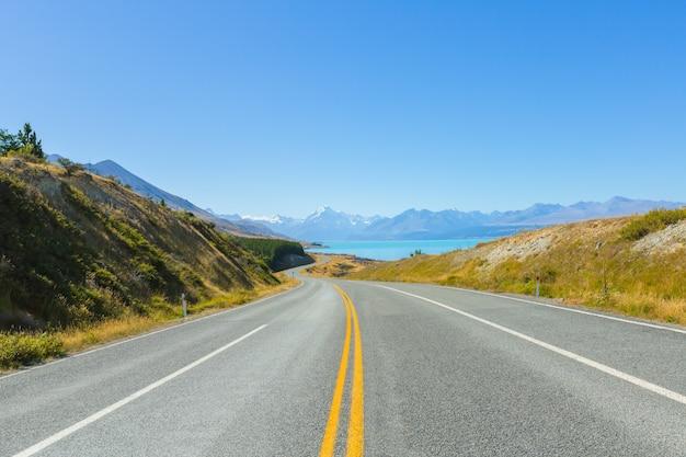 Mount cook-uitkijkpunt met de meerpukaki en de weg naar het bergkokdorp in ne
