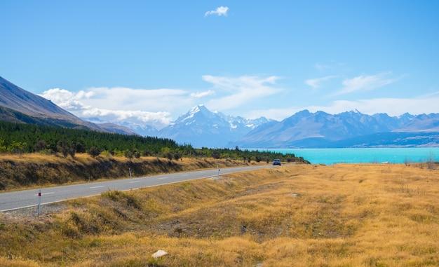 Mount cook-uitkijkpunt met lake pukaki en de weg naar het mount cook-dorp in new z