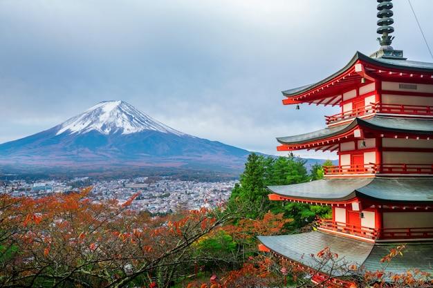 Mount fuji, chureito pagoda in de herfst