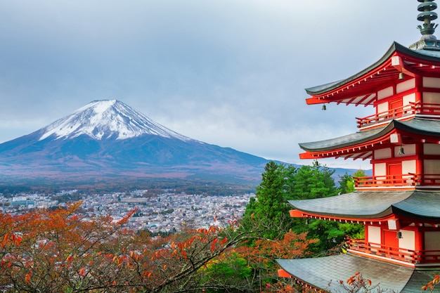Mount fuji, chureito pagoda in de herfst