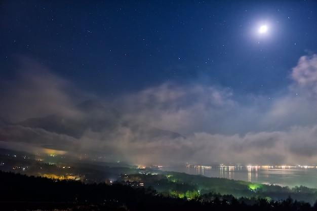 Mount fuji met bewegingsmist vanuit panorama dai gezichtspunt 's nachts met veel sterren en volle maan