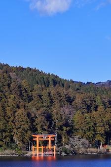 Mount fuji met lake ashi van hakone.