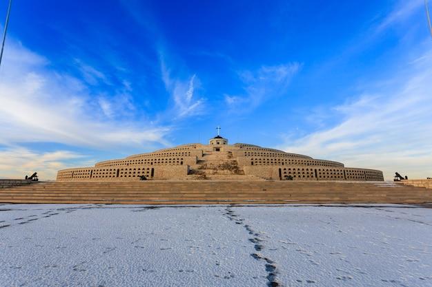 Mount grappa eerste wereldoorlog memorial uitzicht, italië. italiaans monument