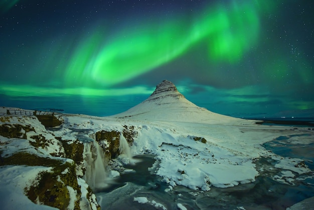 Mount kirkjufell is landschapskoud panorama 's nachts in ijsland