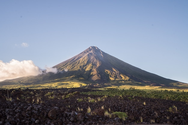 Mount mayon onder de blauwe hemel in filippijnen