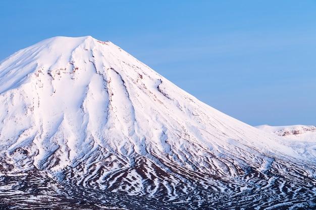 Mount ngauruhoe met wintersneeuw tongariro national park