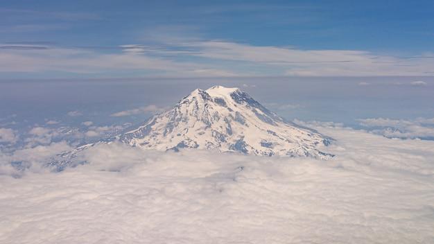 Mount rainier met wolken vanuit vliegtuigweergave