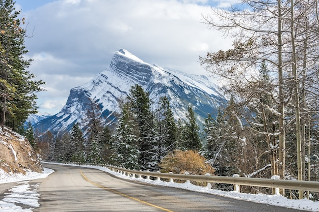 Mount rundle besneeuwd bos bergweg banff nationaal park in de winter canadese rockies canada