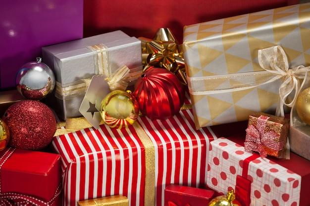 Mountain kleurrijke geschenken met kerstversiering