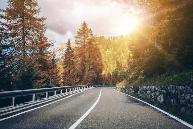 Mountain road highway van dolomietberg - italië