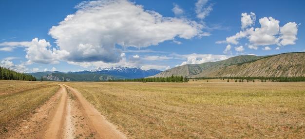 Mountain steppe weg op een zomerse dag