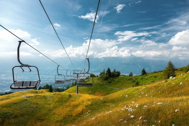 Mountain stoeltjeslift in nevegal, belluno, italië.