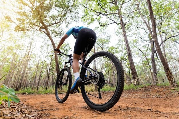 Mountainbiker fietsers opleiding in het bos