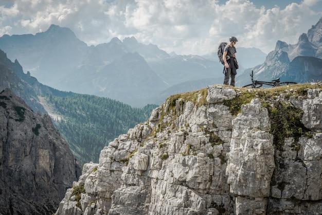 Mountainbiker in het italiaanse dolomiet