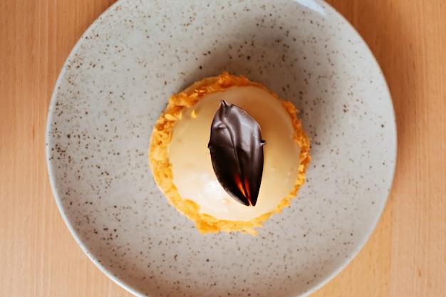 Mousse cake met chocolade en sinaasappel vulling