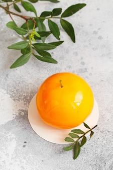 Mousse-dessert in de vorm van een perenfruit, sinaasappelfruit, abrikoos, citroen en kers.
