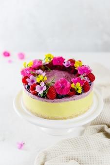 Mousse frambozen-citroentaart op een lichte ondergrond. suiker-, lactose- en glutenvrij.