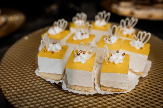 Mousse portie desserts met gele top staan op tafel