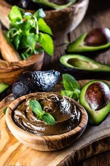Mousse van avocado-chocolade in houten kom