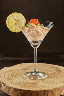 Mousse van gerookte zalm met rode kaviaar in martini glas. franse gastronomische keuken