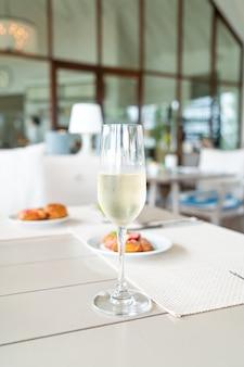 Mousserende wijn glas op tafel in café-restaurant