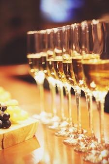 Mousserende wijn glazen champagne staan in de rij aan de bar, catering