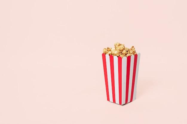 Movie popcorn in gestreepte emmer geïsoleerd op een witte achtergrond