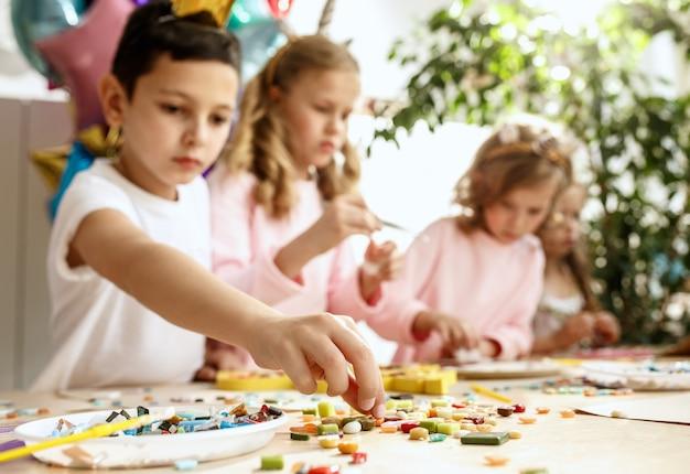 Mozaïek puzzelkunst voor kinderen, creatief spel voor kinderen.