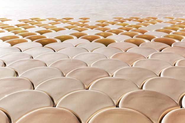 Mozaïekpatroon van keramische tegels op de muurclose-up