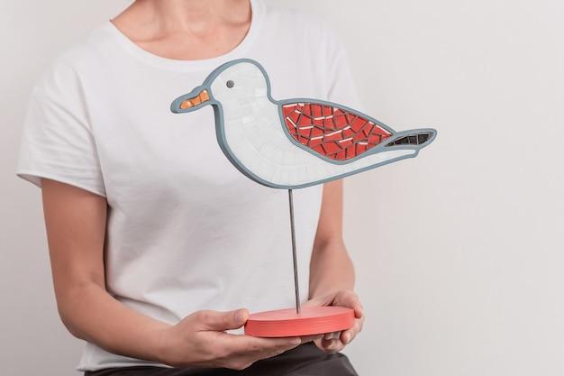 Mozaïekvogel, zeemeeuw. decoratie handgemaakt. interessant idee. in de handen van de meester