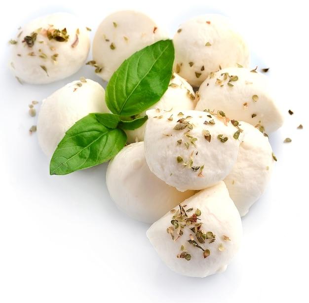 Mozzarella geïsoleerd op wit met basilicum.