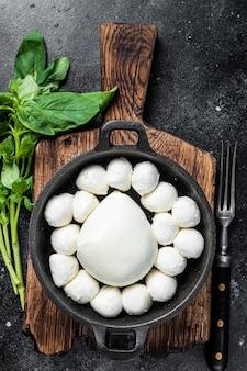 Mozzarella kaas mini balletjes in pan met basilicum