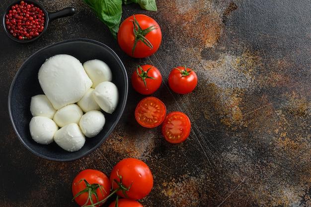 Mozzarella, kerstomaatjes en basilicum blaadjes