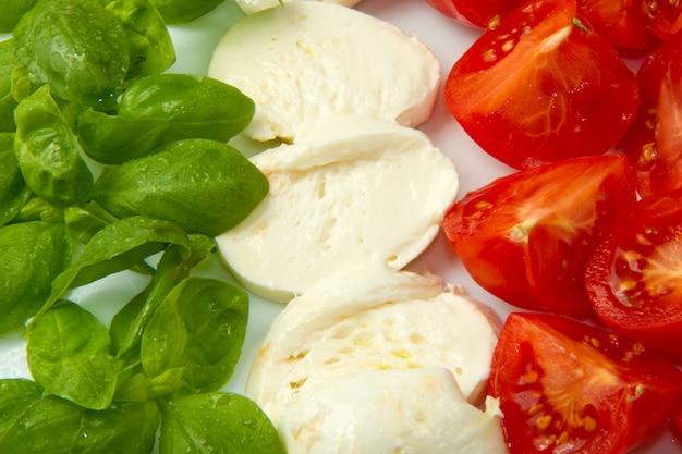 Mozzarella met tomtoes en basilicum
